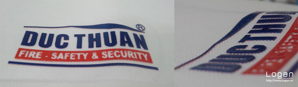 kieu in cao plastisol logo trên đồng phục Logan